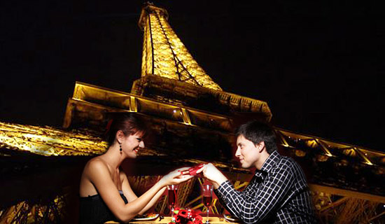 Cena a la Torre Eiffel Especial San valentin<!-- + Crucero-->