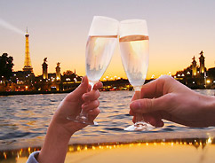 Réveillon sur la Seine avec une coupe de champagne