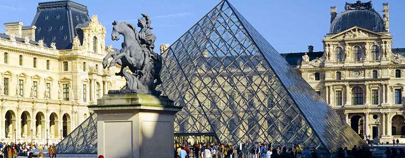Piramide del museo del Louvre