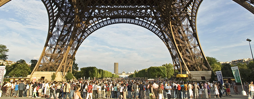 the crowd at the foot of the Eiffel Tower
